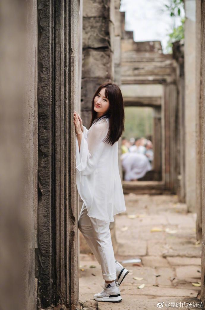 杨钰莹赴柬埔寨旅行 白衣飘逸回眸一笑美丽动人