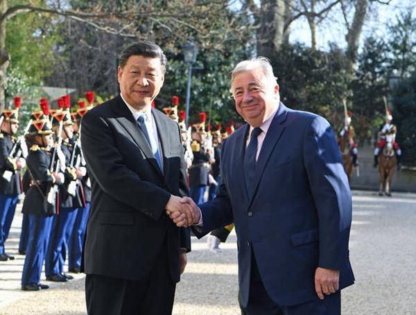 习近平会见法国参议长