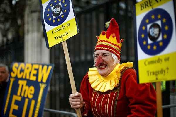 英国:留欧派和脱欧派示威者集会抗议 怪异打扮夺人眼球