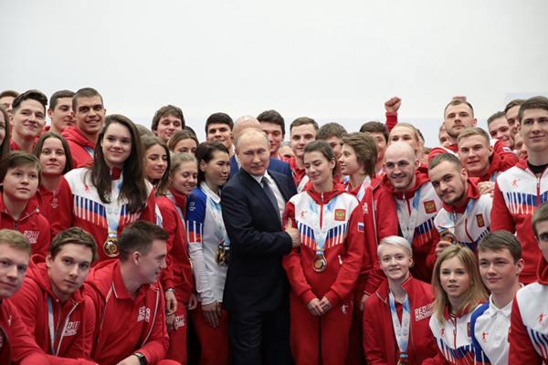 普京访问莫斯科奥运会花样游泳中心 与大运会选手见面
