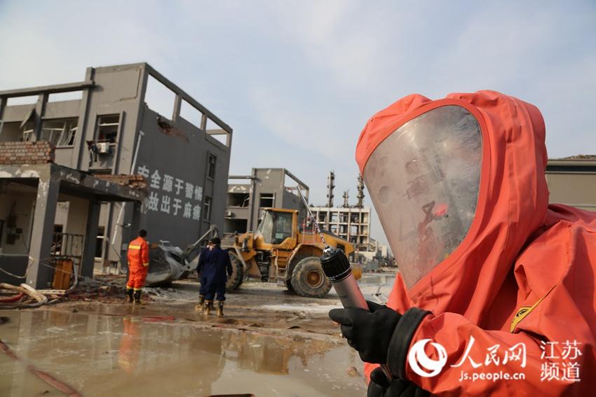 武警专业防化力量增援江苏响水 做好机械清理准备