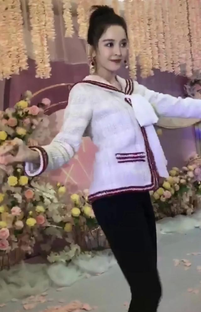 古力娜扎参加婚礼,白衣+黑裤原本想低调一把,奈何怎么穿都美!