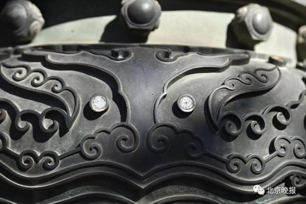 什么素质啊!故宫古香炉浮雕被嵌入多枚硬币