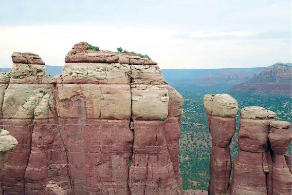牛人在美国沙漠挑战高空走扁带 画面惊心动魄