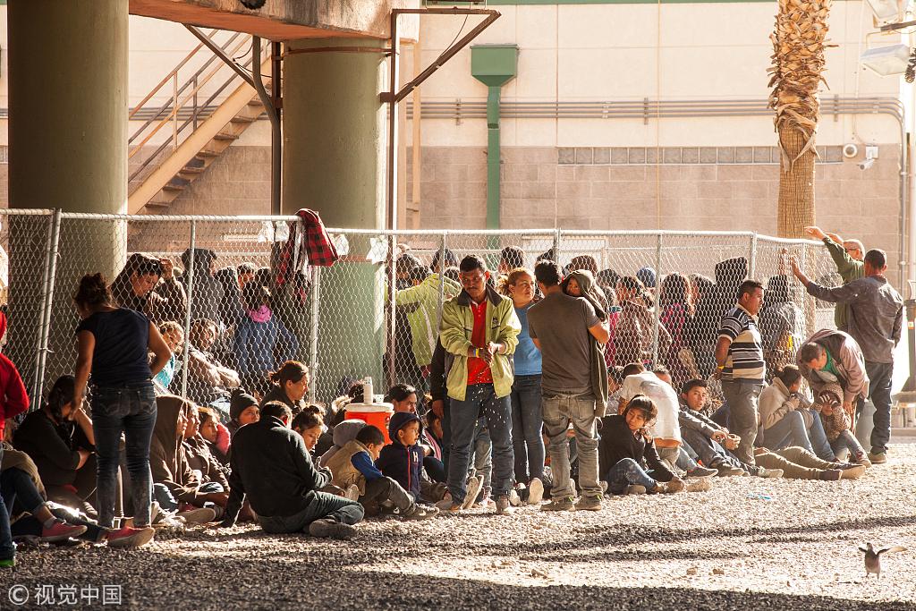"""当地时间2019年3月28日,美国得州埃尔帕索,中美洲移民被暂时隔离起来。美国海关和边境保护局暂时关闭了埃尔帕索地区长达268英里的边境沿线的所有公路检查站,试图阻止非法入境人数激增。据外媒报道,美国总统特朗普28日表示,墨西哥""""没有采取任何措施""""来减少进入美国的非法移民,他再次警告可能会关闭南部边境。"""