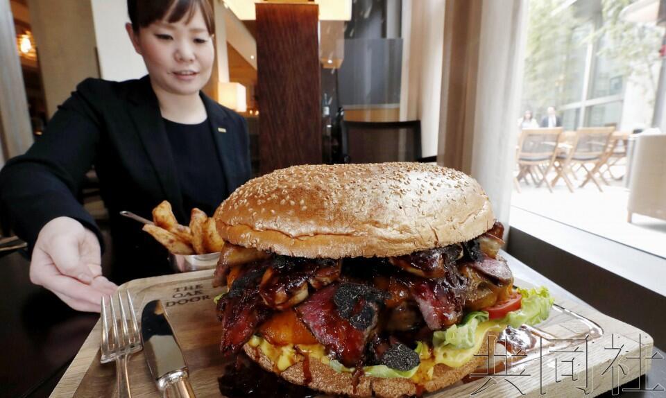 为庆祝改年号,日本东京一酒店将推出直径25厘米的巨型汉堡