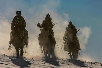 俄蒙边境上蒙古巡逻兵仍在骑马巡逻