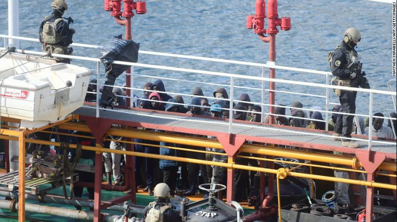 油轮救起移民却反遭劫持 海军果断出手登船夺回