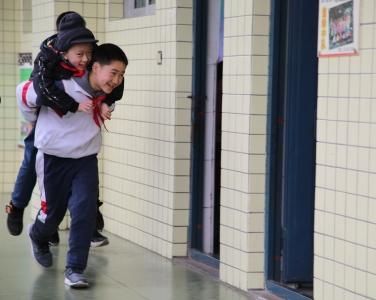 四川一残疾少年无法独立行走 同学背他走完6年求学路