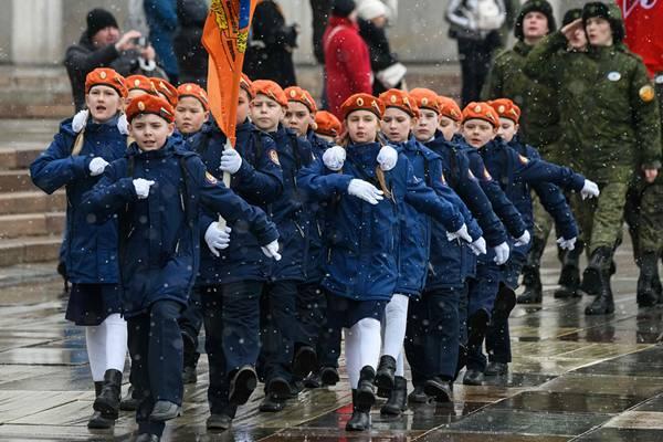 俄罗斯举办年度军校联欢活动 萌娃穿军装踢正步有模有样