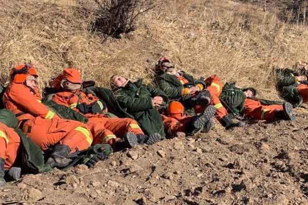 沁源县灭火首战告捷疲惫的消防员席地而卧