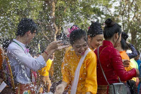 """缅甸掸族庆祝传统泼水节 街头""""水仗""""狂欢嗨翻天"""