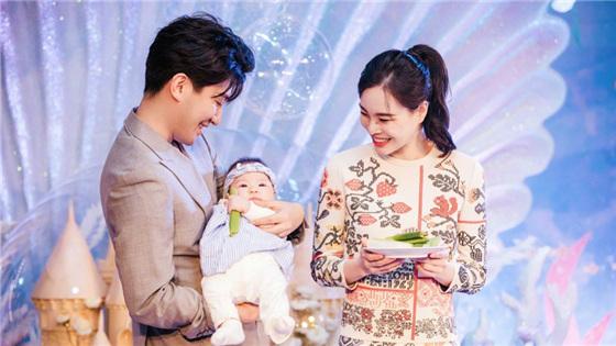 吴敏霞夫妇为女儿办百日宴