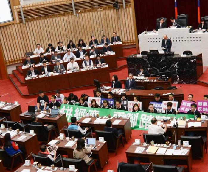 民进党坐地抗议韩国瑜遭冷回:照完相可以走了