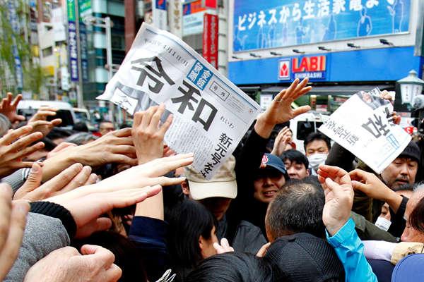 """日本将进入""""令和""""时代 民众哄抢头版报纸"""