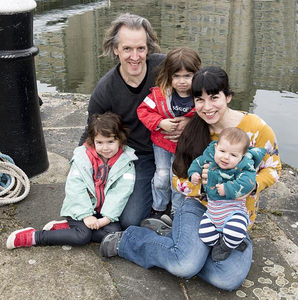 英国一夫妇扬帆环游世界 期间共生育3个孩子