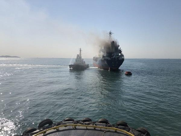 长江口一货轮起火军舰驰援 已致2人死亡