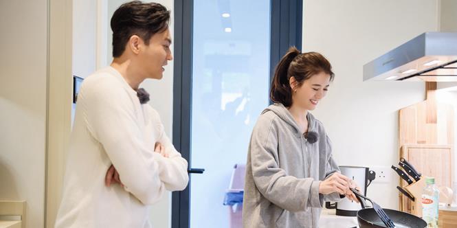 47岁袁咏仪出席活动仍旧美艳动人,但颈纹却显出真实年龄