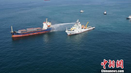 长江口一货船失火 东海救助局成功救助15名遇险船员