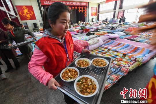 探访山西沁源山火安置点:民众吃上炸酱面 不断有人捐物资