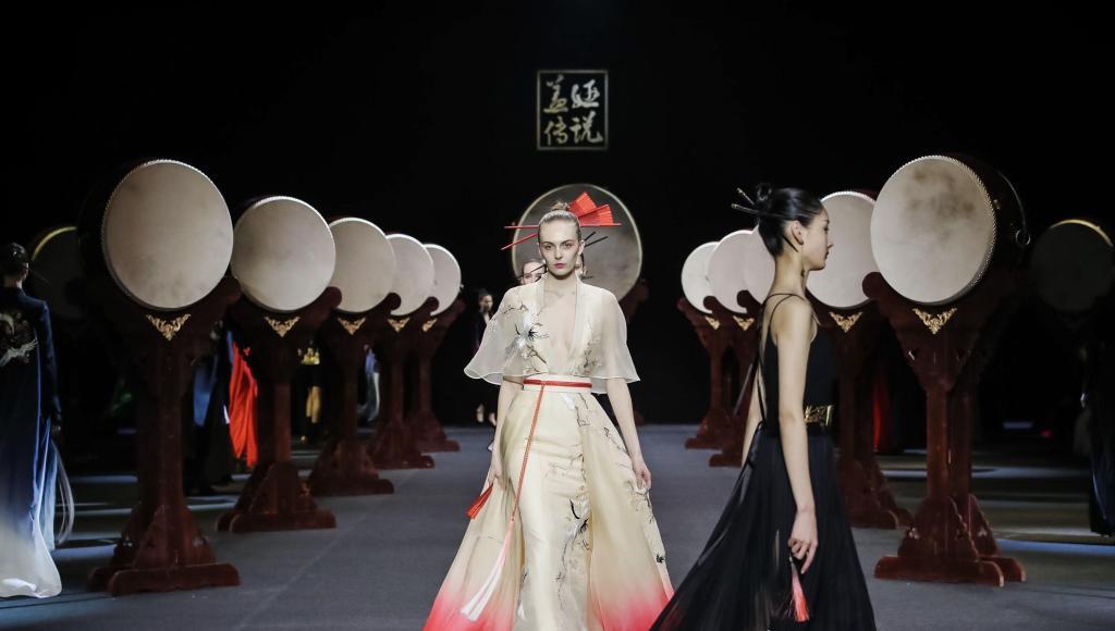 中国时装周张朔祯亮相发布会 新片北影节即将首映
