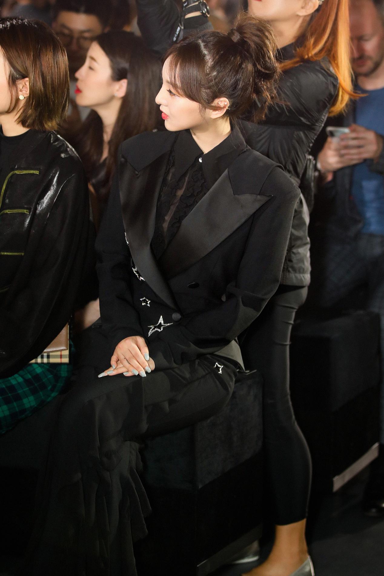 强东�h出席2019上海时装周 化身coolgirl帅气亮相