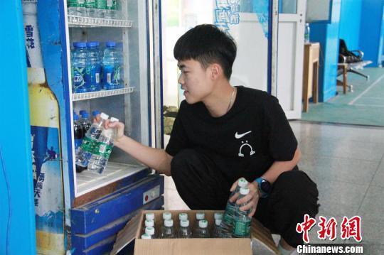 武汉一高校男生开诚信饮料售卖点 不标价不设收银员