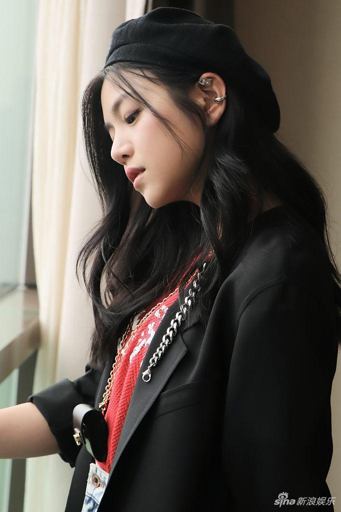 陈妍希戴小礼帽俏皮减龄 秀美腿少女范儿十足