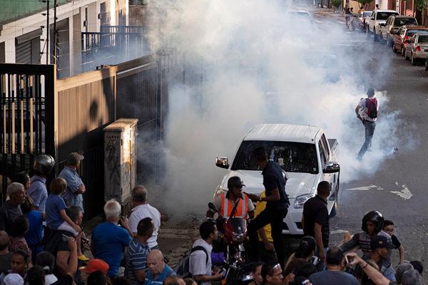 委内瑞拉反对派领袖瓜伊多举行集会 现场遭催泪瓦斯袭击