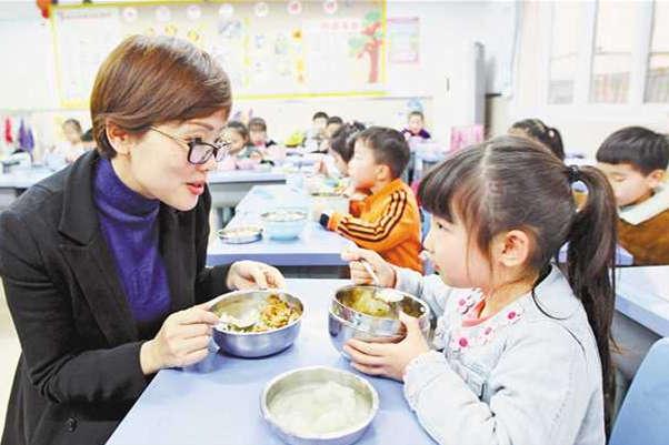 """""""陪餐制""""4月1日起实施 师生同餐成学校""""标配"""""""