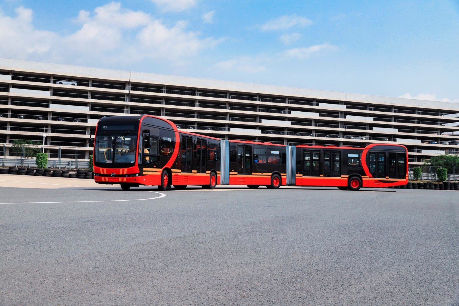 比亚迪推出27米全球最长纯电动巴士
