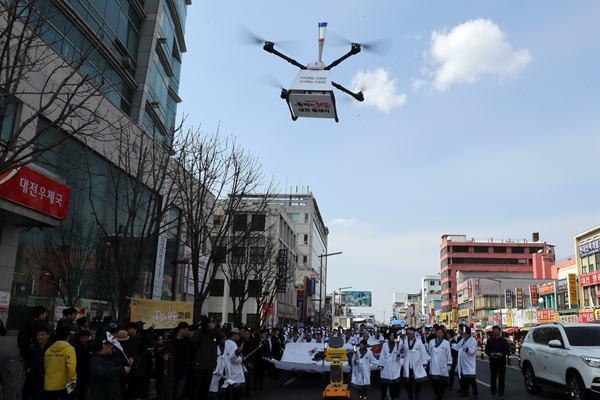 韩国大田举行火炬传递活动 机器人和无人机传递电子火炬