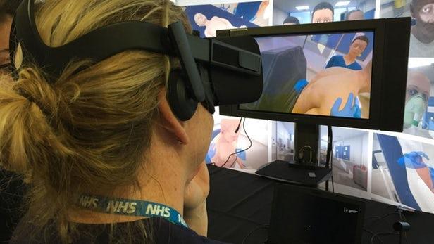 英医生通过虚拟现实系统模拟对患者进行紧急护理