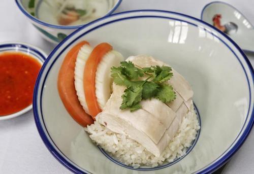 新媒:新加坡哪些美食受欢迎?中国海南鸡饭等让人欲罢不能