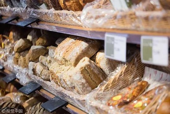 """男子在超市买面包""""赚了""""一万块 咋办到的?"""