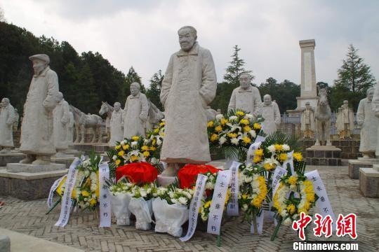 中国远征军老兵达成遗愿 夫妇骨灰安葬抗战遗址