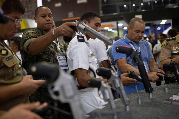 拉美航空航天及防务展在巴西举行 军迷体验枪支武器