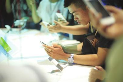 手机厂商加速抢占折叠屏市场