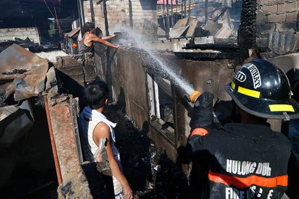 菲律宾首都郊区居民区发生火灾 约60户家庭受影响