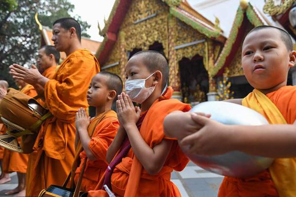泰国清迈遭雾霾袭城 小和尚戴口罩参加仪式