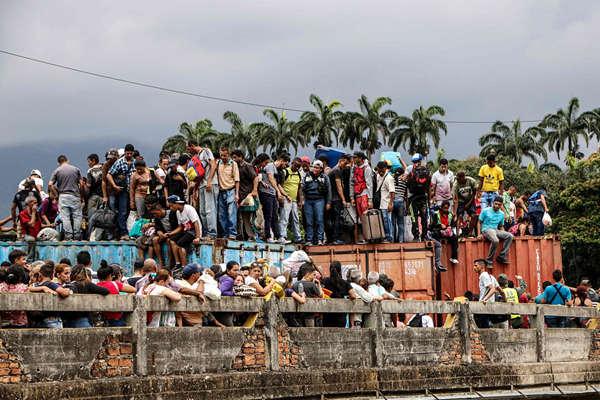 """哥委边境非法过境通道被淹 民众爬集装箱突破""""封锁"""""""