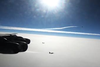 壮观!北约战机护航美军5架轰炸机逼近俄罗斯