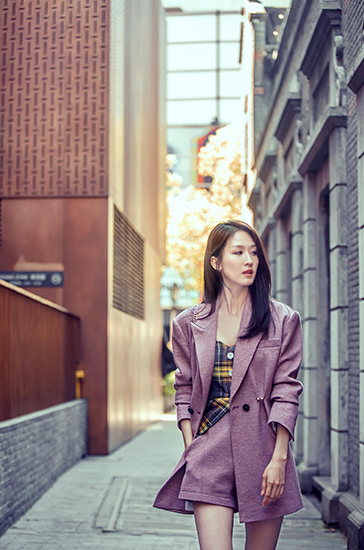 张雯上海时装周看秀 逆天长腿实力吸睛