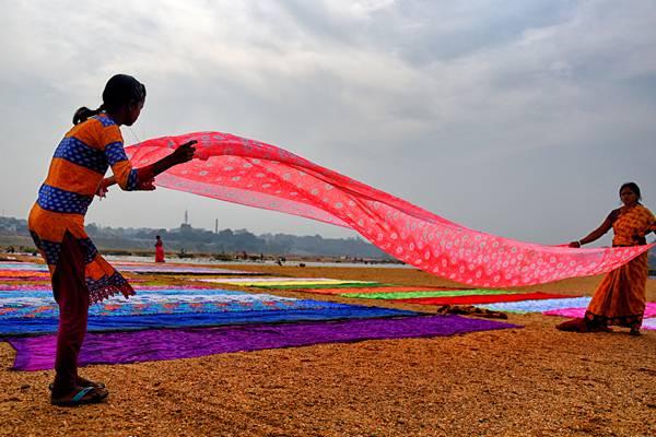 """印度妇女集体在河边晾晒纱丽 河床变身绚丽""""调色盘"""""""