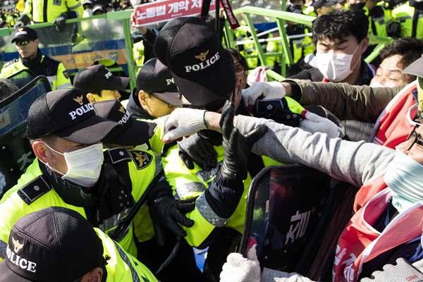韩工会成员闯国会抗议《劳动法》改革 挥拳怒捶警察揪头发