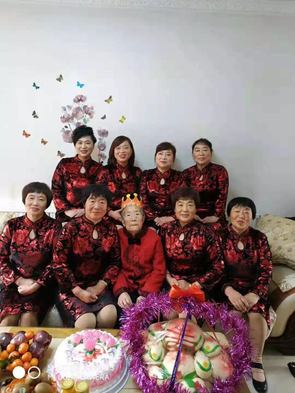 暖哭!88岁老太成网红,8个女儿齐穿红衣给她过生日!