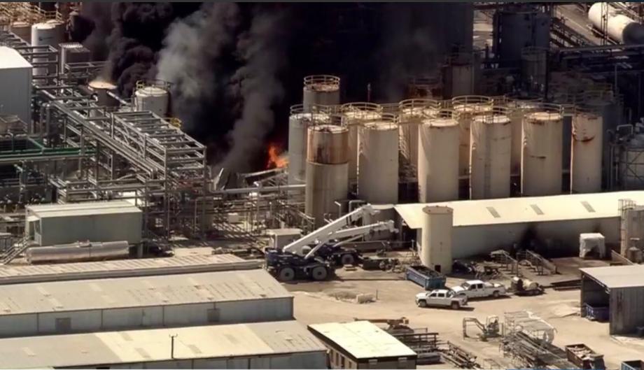 美国休斯顿一家化工厂爆炸起火黑烟冲天,已致1死2伤