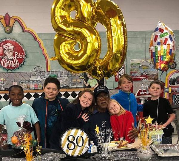 暖心!美一群小学生为80岁守门人准备生日惊喜