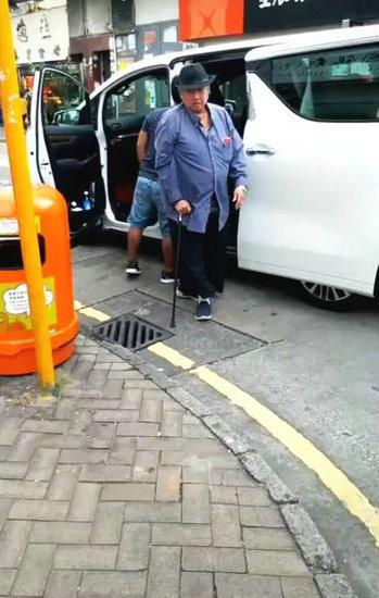 67岁洪金宝近照曝光 手拄拐杖获助理搀扶