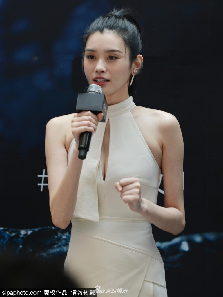 奚梦瑶穿白色礼裙大秀纤瘦好身材_直角肩线条迷人